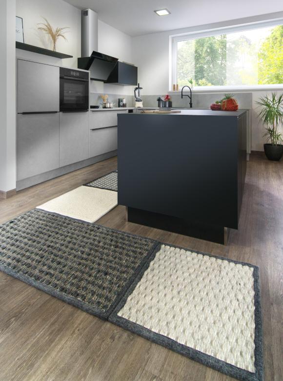 Anthrazitfarbene Küche mit grauenTeppich Modulen