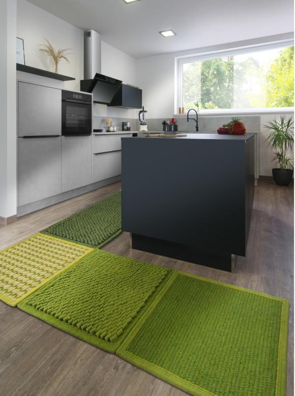 Anthrazitfarbene Küche mit grünen Teppich Modulen